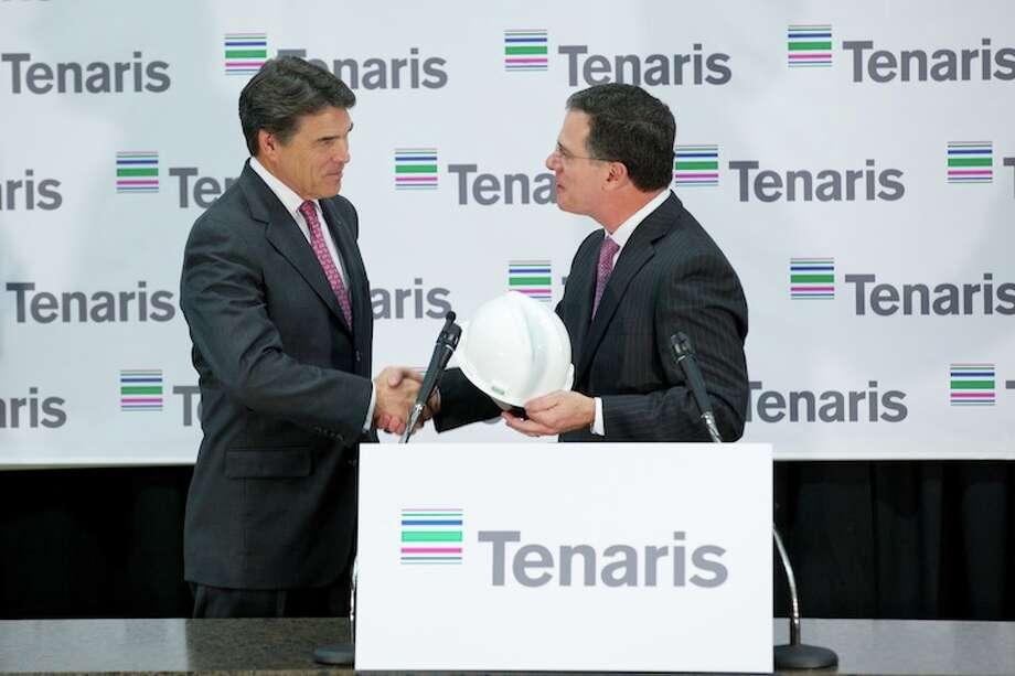 Texas Gov. Rick Perry shakes hands with Germán Curá, president of Tenaris North America.