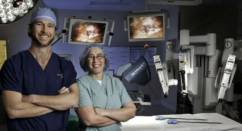 Dr. Kent and Dr. Andrews pictured with da Vinci Si Surgical System. Photo: Memorial Hermann Katy Hospital