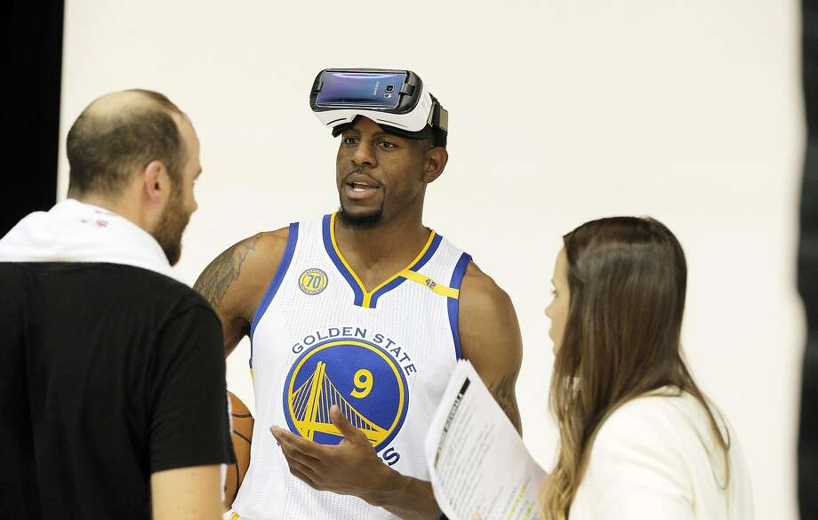 Andre Iguodala (9) tries on a VR headset during a photo shoot during Warriors Media Day at their practice facility in Oakland, Calif., on Monday, September 26, 2016. Photo: Carlos Avila Gonzalez, The Chronicle