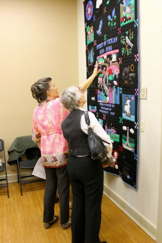 Patty Moffett (center) discuss the history of the Texas Sesquicentennial quilt with other West U residents during an event honoring the quilters at the West University Place Community Center on March 20. Moffett came up with the idea of making the sesquicentennial quilt 26 years ago and was joined by 20 others to bring this idea into fruition. (Photo by Emily Moser)