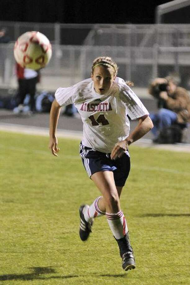 Jenny Kotowych chases after a loose ball in Atascocita's 2-0 loss to rival Kingwood March 12. / © by Jose Quiroz 2009