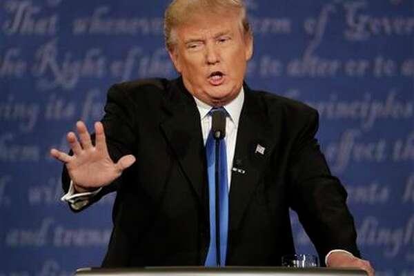 Donald Trump durante el primer debate presidencial con Hillary Clinton el 26 de septiembre del 2016 en Hempstead, estado de Nueva York. Trump insiste en no presentar sus delaraciones de rentas, algo que han hecho todos los candidatos a la presidencia desde 1976, y Clinton insinuó que, si no lo hace, es porque hay algo comprometedor. (AP Photo/Patrick Semansky, File)