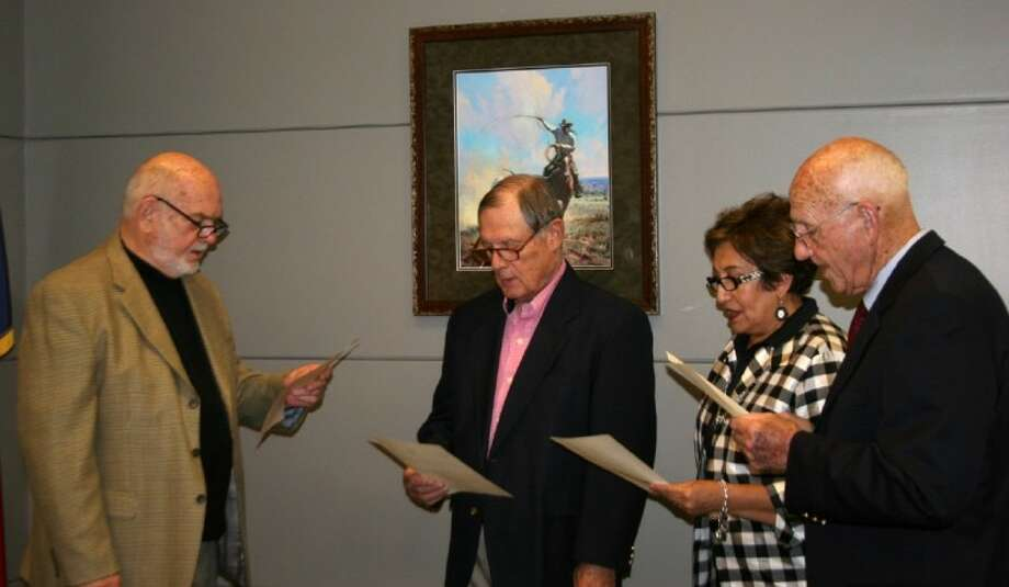 ACC Board Chair Pete Nash, left swears in regents Bel Sanchez, James DeWitt and Doyle Swindell during a meeting on May 22. Photo: For The Journal