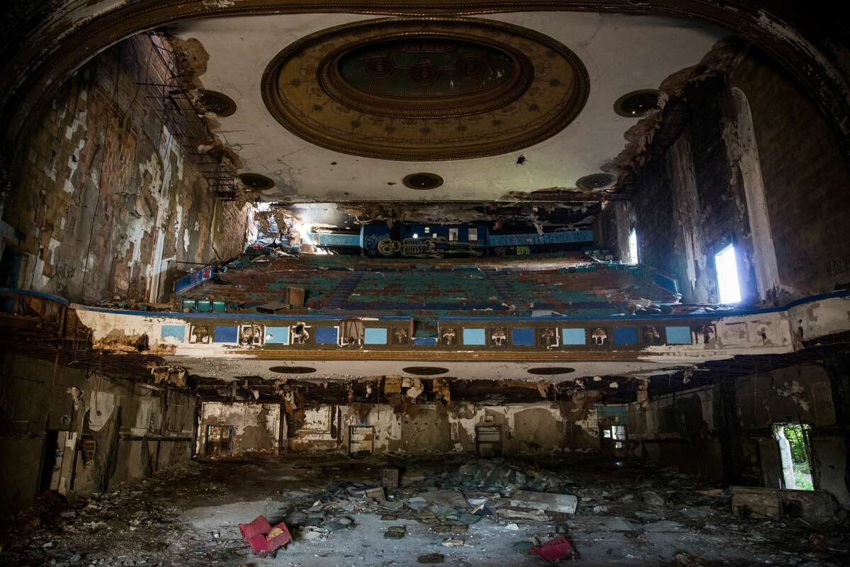 Eastown Theatre in Detroit It operated as a movie theater, music venue and church off-and-on from 1931 until 2004 hosting up to 2,500 people.