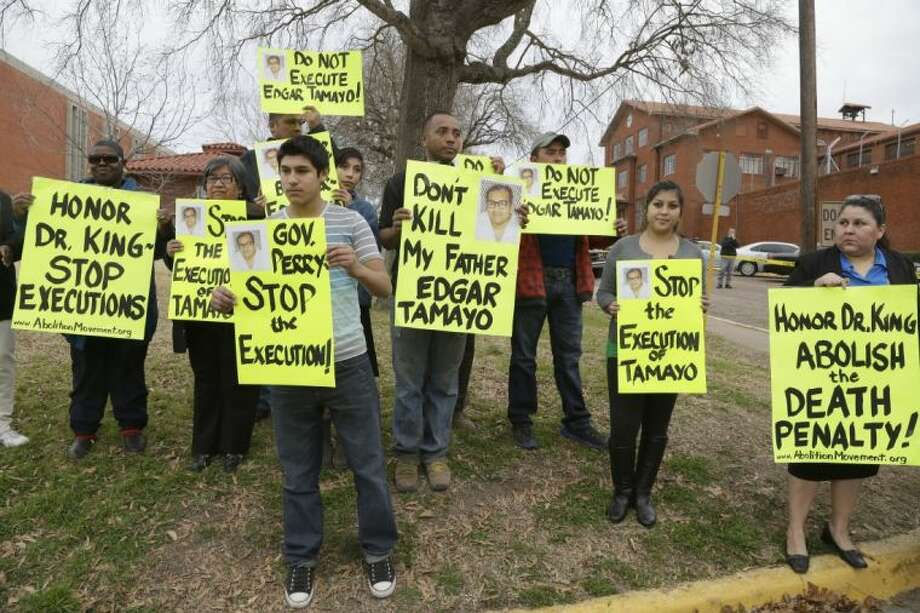 Protesters line up outside the prison walls as officials await word from the courts about the scheduled execution of Mexican national Edgar Tamayo, Wednesday in Huntsville. Photo: Pat Sullivan