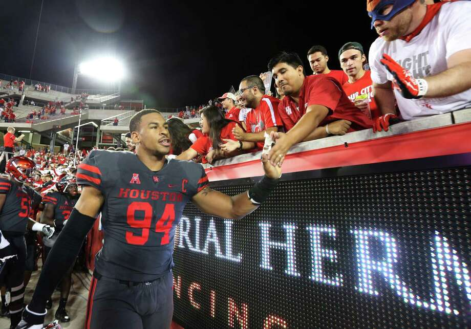 University of Houston's Cameron Malveaux greets fans after the team defeated University of Connecticut at TDECU Stadium Thursday, Sept. 29, 2016, in Houston. The Cougars defeated the Huskies 42-14. Photo: Yi-Chin Lee, Houston Chronicle / © 2016  Houston Chronicle