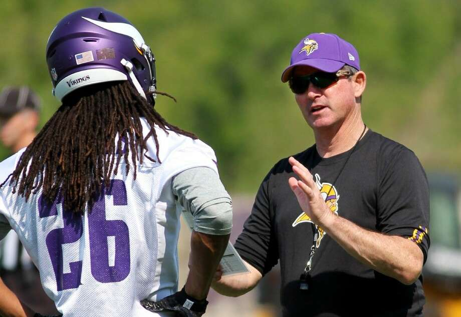Minnesota Vikings head coach Mike Zimmer talks a player at the Vikings practice facility Wednesday in Eden Prairie, Minn. Photo: Andy King