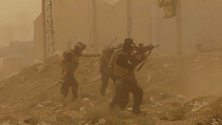 In this May 14, 2015 file photo, security forces defend their headquarters against attacks by Islamic State extremists during a sandstorm in the eastern part of Ramadi, the capital of Anbar province, Iraq. Photo: Uncredited
