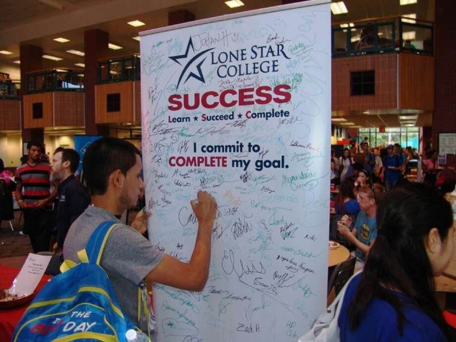 Lone Star College students signed Commit to Complete banners to pledge their commitment to completing their studies.