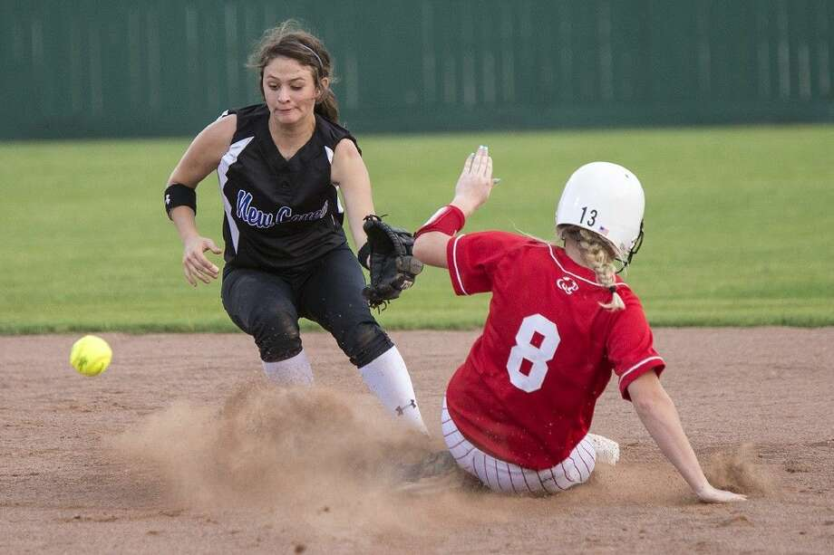New Caney's Heather Davis attempts to tag out Crosby's Tessa Mooneyham (8) during Crosby's matchup against New Caney last year. Photo: ANDREW BUCKLEY