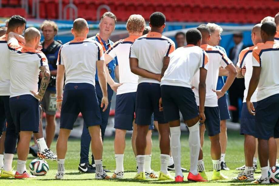 Netherlands coach Louis van Gaal talks with players during a training session on Friday at Estádio Nacional de Brasília. The Netherlands will face Brazil in the World Cup third-place match on Saturday. Photo: Eraldo Peres