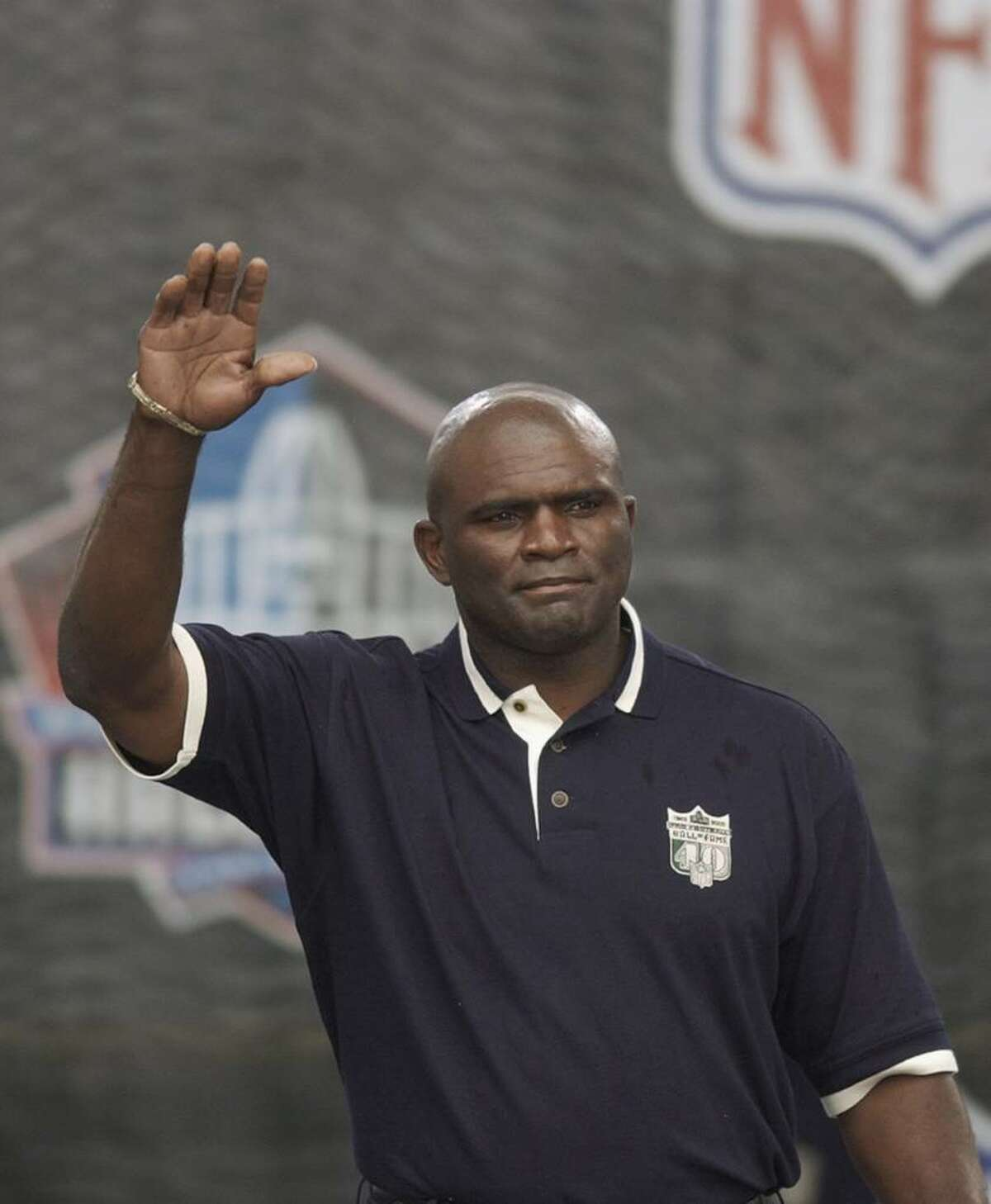 CANTON, OH - AUGUST 3: Pro Football Hall of Famer (Class of 1999) Lawrence Taylor waves as he is introduced during the 2003 NFL Hall of Fame Induction ceremony on August 3, 2003 in Canton, Ohio. (Photo by David Maxwell/Getty Images)