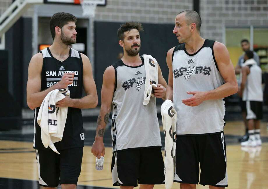 Manu Ginobili keeps the attention of fellow Argentinians Patricio Garino (left) and Nicolás Laprovittola as the Spurs practice on Sept. 28, 2016. Photo: Tom Reel /San Antonio Express-News / 2016 SAN ANTONIO EXPRESS-NEWS