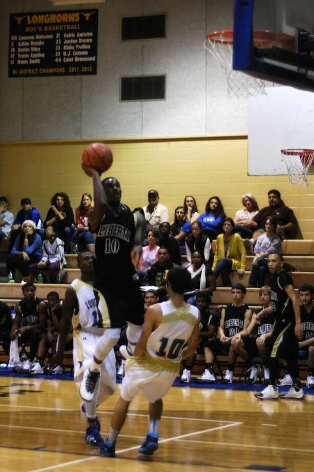 Dramadycal Jones (10) was high scorer for the Panthers Saturday, Nov. 30, at Hamshire-Fannett with 28 points. Photo: CASEY STINNETT