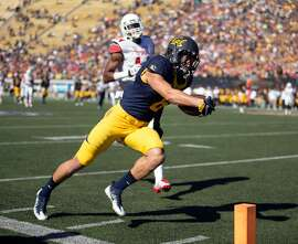 California wide receiver Chad Hansen (6) scores the Bears' first touchdown of the day during the first quarter of a football game against Utah., on Saturday, Oct. 1, 2016 in Berkeley, Calif.