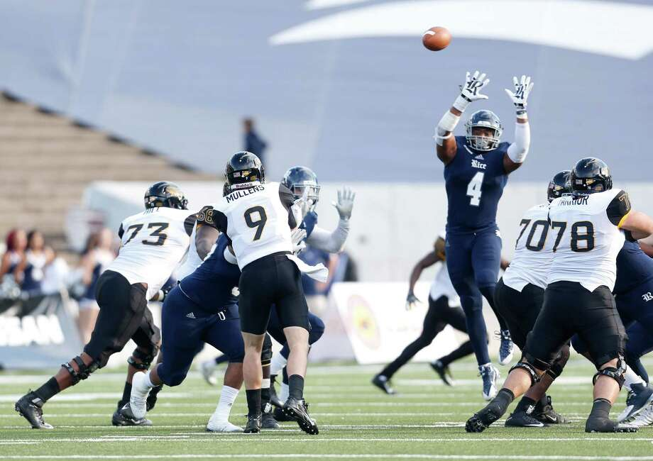 Southern Miss Golden Eagles quarterback Nick Mullens (9) passes the ball asRice Owls linebacker Alex Lyons (4) jumps up to try to block the ball during the first half of a college football game at Rice Stadium on Saturday, Nov. 14, 2015, in Houston. Photo: Karen Warren, Houston Chronicle / © 2015 Houston Chronicle