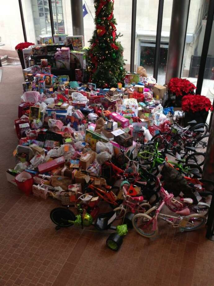 CBRE-managed office and retail complex, Houston Center in downtown Houston, announces the success of its 2013 toy drive benefitting BEAResource for CPS Kids (BEAR). Through this program, Houston Center tenants purchased holiday gifts for nearly 600 children currently in Child Protective Services care, exceeding last year's donations.