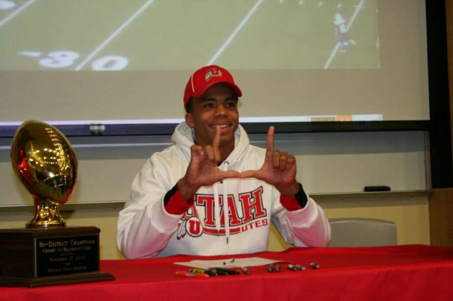 Raelon Singleton signs his letter of intent to play for the University of Utah. Photo: Nate Brown