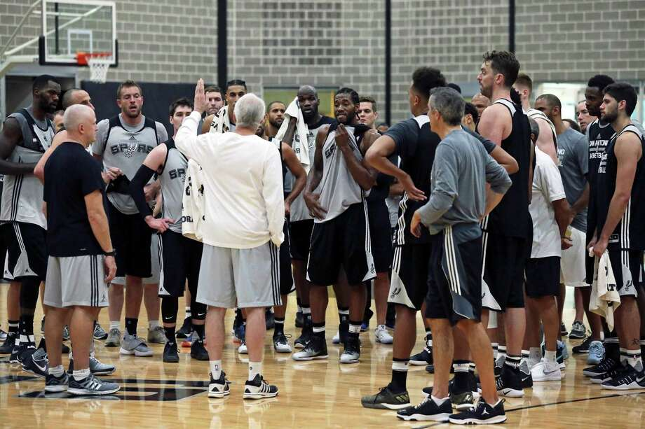Coach Popovich gathers the team after working out as the Spurs practice on September 28, 2016. Photo: TOM REEL, STAFF / SAN ANTONIO EXPRESS-NEWS / 2016 SAN ANTONIO EXPRESS-NEWS