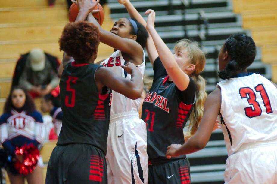 Manvel's Jordan Hosey (5) and Ally Caudill (21) defend as Dawson's Jada Rogers (20) struggles to put up a shot Tuesday. Photo: KIRK SIDES