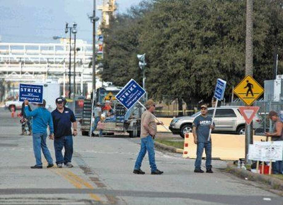 Union workers man the picket lines outside the Shell Deer Park refinery. Photo: Kar B Hlava