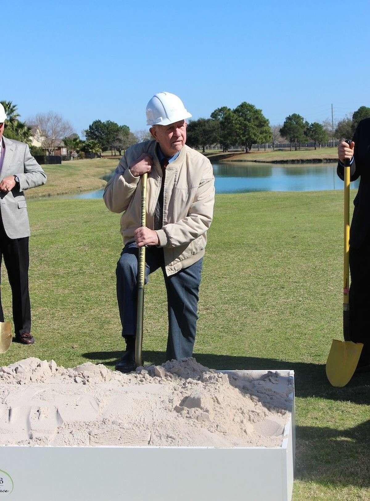 Mayor Reid strikes a pose on the 10th hole.