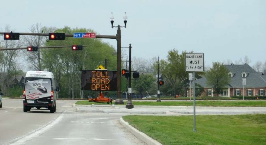 A temporary road sign informs motorists traveling on Sienna Parkway of the opening of the Fort Bend Parkway. Photo: Submitted Photo