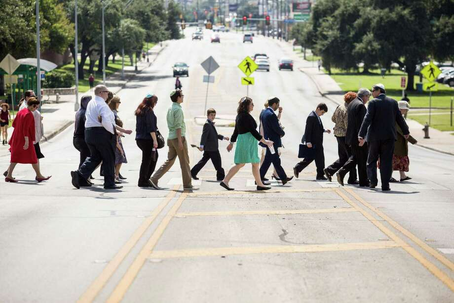 Congregants of Temple Beth-El walk to the annual Tashlich service near San Pedro Springs Oct. 3, 2016. Photo: Ray Whitehouse /For The Express-News