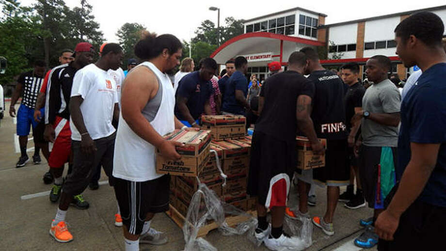 Sam Houston State University Bearkat athletes turn out in full force to help feed 1,500 families in the Huntsville area. Photo: GoBearkats.com