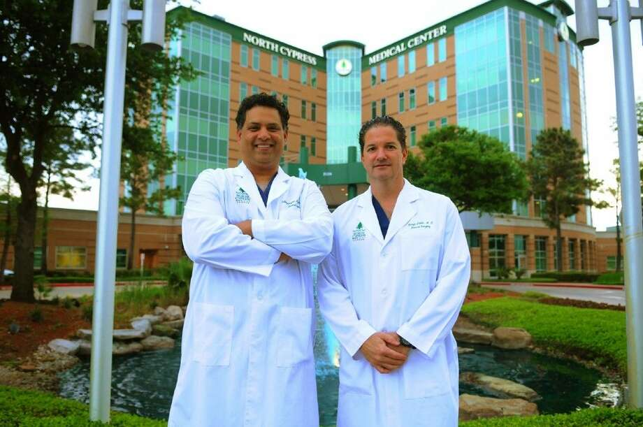 From left to right, Dr. S. Manny Ayyar and Dr. Jorge Levia recently performed one of first robotic whipple surgical procedures in the Houston area. Photo: Tony Gaines