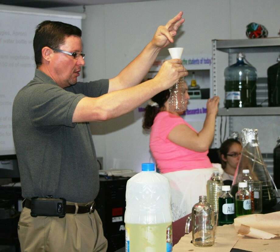 Splendora High School instructor Ron Riley, who heads the Biotechnology Program for the district, took a break from teaching high school students to teach a lesson to fifth-graders during a visit on April 9. Photo: Stephanie Buckner