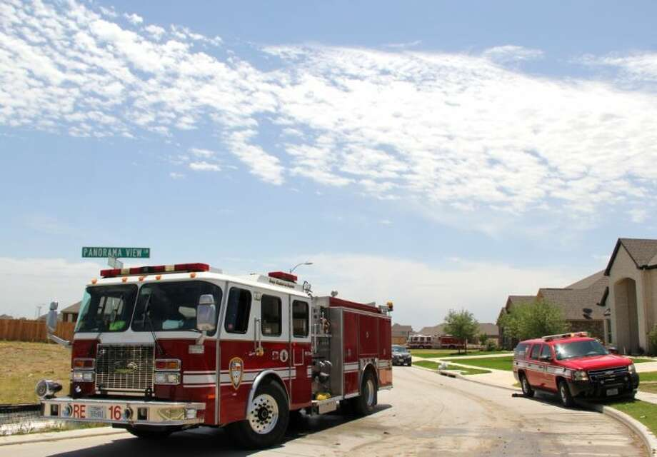 A brush fire kept firefighters busy and briefly threatened a neighborhood near Pearland Parkway and Hughes Road in north east Pearland Wednesday (April 31). Photo: KRISTI NIX
