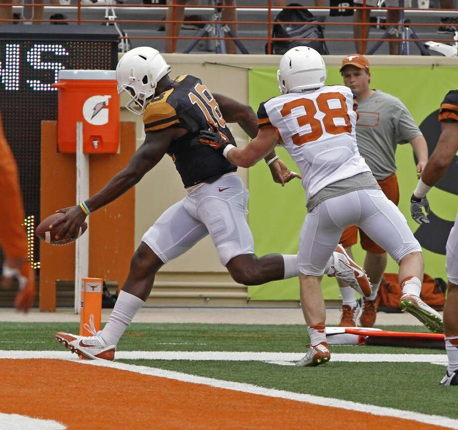 Texas quarterback Tyrone Swoopes scores a touchdown before teammate Tyler Lee can make the stop.