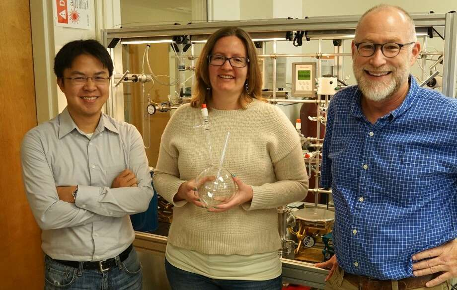 Using stable isotopic analysis, Laurence Yeung, Jeanine Ash, and Edward Young discovered that plants and plankton impart a unique biosignature on the oxygen they produce during photosynthesis.