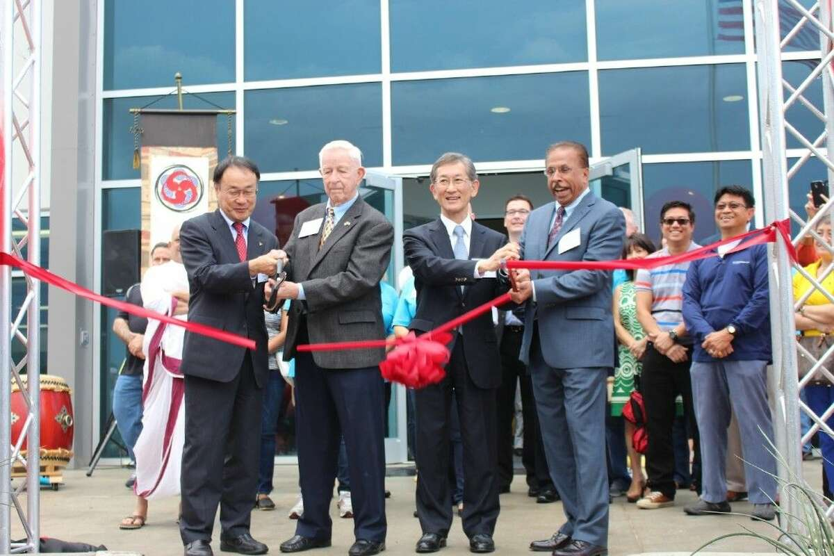 Mayor Tom Reid joined MHI and MCO Heads in cutting the ribbon.