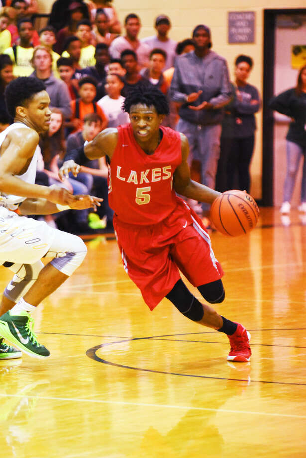 Cypress Lakes senior guard De'Aaron Fox drives against Cypress Falls Tuesday, February 9, 2016 at Cypress Falls High School. Fox scored 35 points and grabbed 10 points in the 66-64 overtime win, which placed Cy Lakes in a two-way tie with Cy Ranch for first place in District 17-6A Photo: Tony Gaines