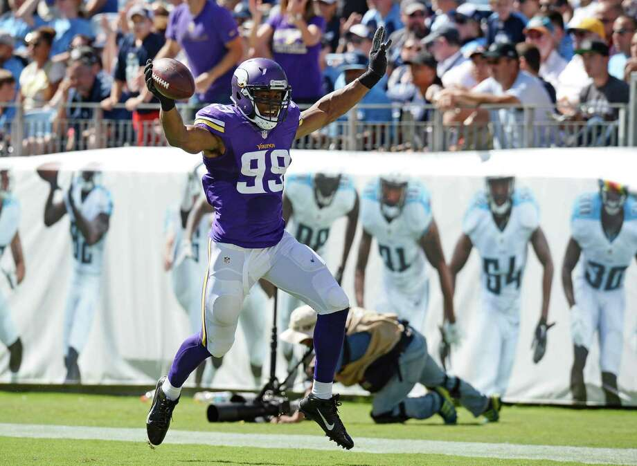 The Vikings' perform one of their specialities as Danielle Hunter re- covers a fumble against the Titans and returns it 24 yards for a TD. Photo: Mark Zaleski, FRE / FR170793 AP