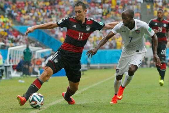 United States national team defender DaMarcus Beasley signed with the Houston Dynamo on Wednesday.