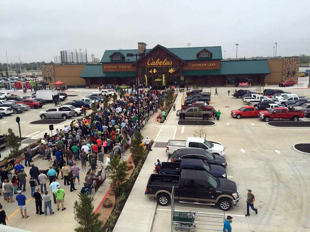 Cabela's opening brought out customers and interested visitors by the hundreds. Initial reports were 1500-1700 people came out for the grand opening.