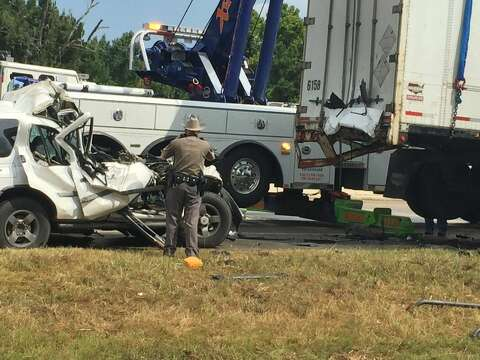 UPDATE: 1 dead in 18-wheeler crash on US 59 - Houston Chronicle