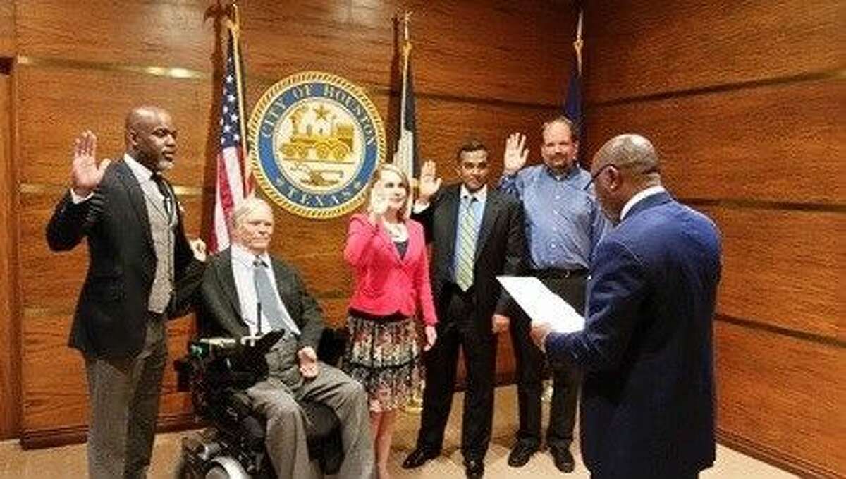 Houston Mayor Sylvester Turner administers the oath of office to new METRO board appointees.