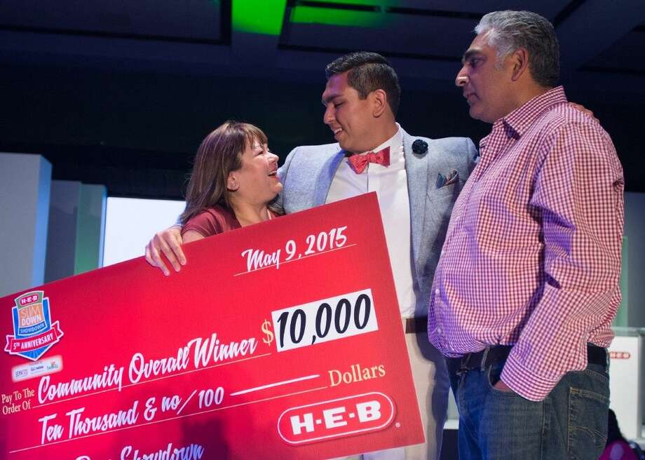 David Nungaray stands with his parents on stage during the H-E-B Slim Down Showdown on Saturday, May 9, in San Antonio, Texas. Photo: Darren Abate