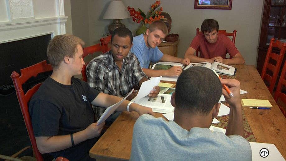 Hay un paso importante que los varones jóvenes deben tomar cuando van a la universidad. (NAPS)