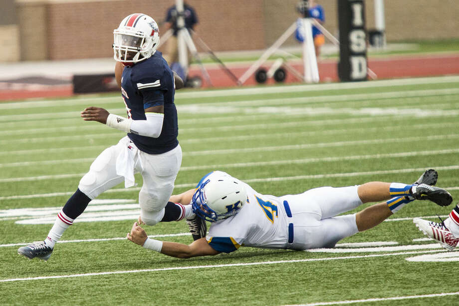 Atascocita quarterback Niyl Campbell scrambles away from a defender during Atascocita's 14-10 victory over Klein on Sept. 13, 2014, at Turner Stadium in Humble. Photo: ANDREW BUCKLEY