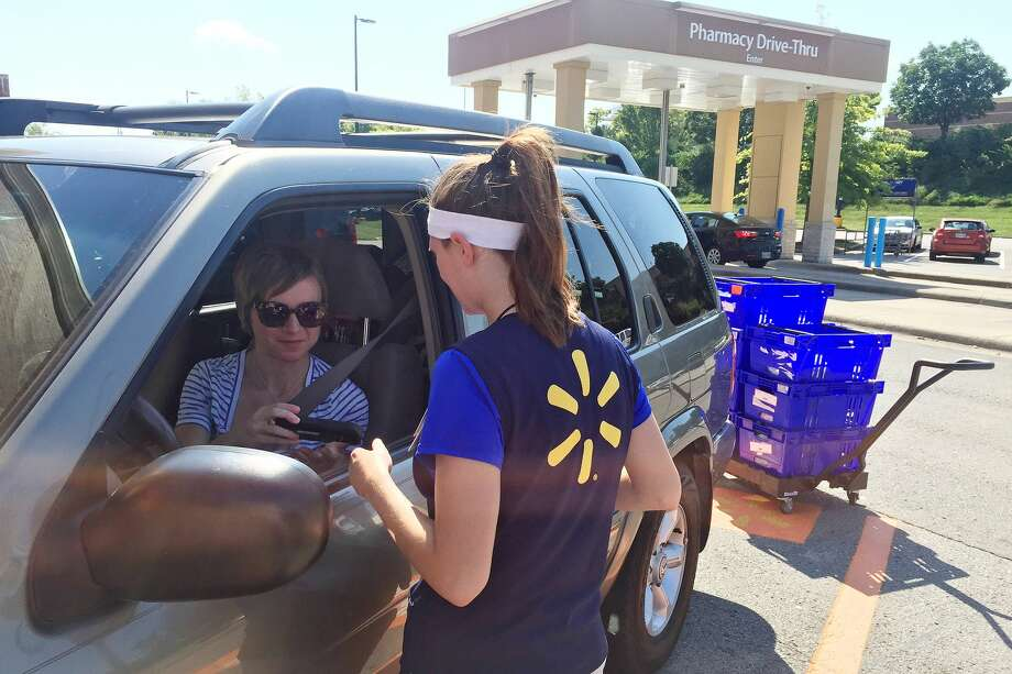 Ashley Green, 31, talks to a Walmart personal shopper as she retrieves her online grocery-pickup order. Photo: Sarah Halzack, The Washington Post.