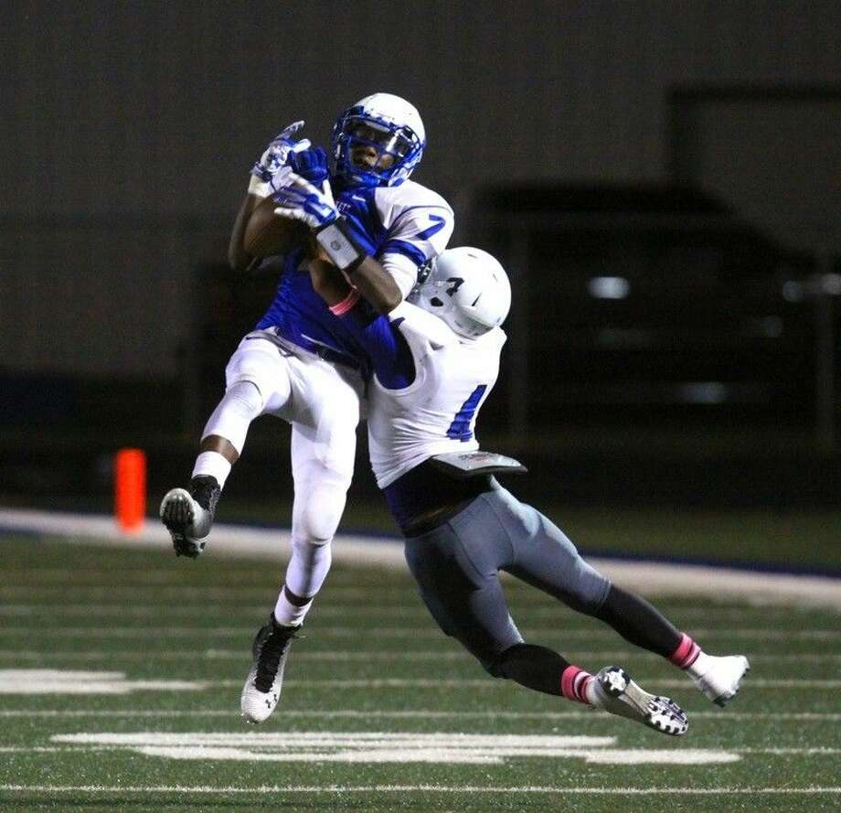 Lucky Daniels (7) catches this high pass from Cane Robinson. Defending is Tanar Castleman (4) of Shepherd. Photo: Mark Anderson/ADVOCATE