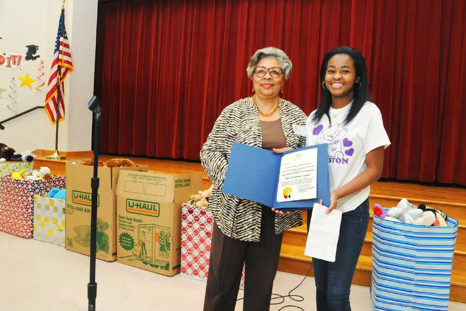 State Rep. Senfronia Thompson presented Jasmine Geyen with a Certificate of Recognition for her flood relief efforts in the Greenspoint area on Monday, May 23, at Spence Elementary School. Photo: Tony Gaines