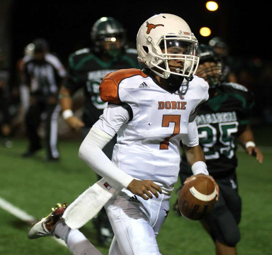 Dobie's Tyler Giron runs wide for the touchdown in the second quarter against Pasadena Friday night. Photo: Kar B Hlava