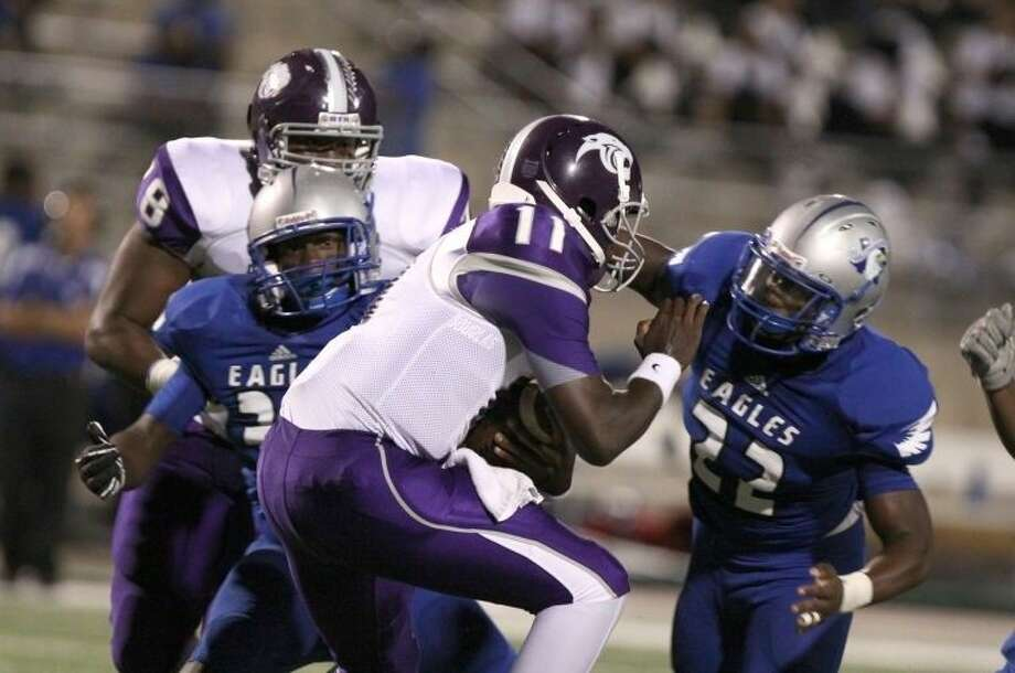 Chad Zeno (37) and Willowridge are tied with Ridge Point and Texas City atop District 23-5A. The Eagles defeated Santa Fe 25-7 to improve to 3-2 overall, 2-0 in district. Photo: HCN File Photo