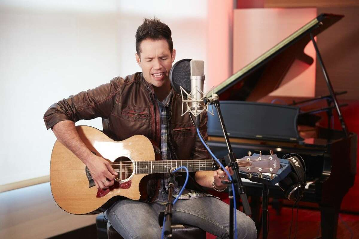 Osmond performs to bring awareness to MS symptoms and treatments.